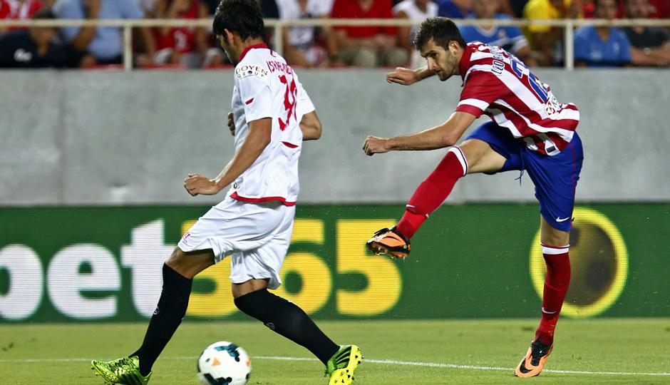 Temporada 13/14 Sevilla-Atlético de Madrid Leo Baptistao lanzando el balón
