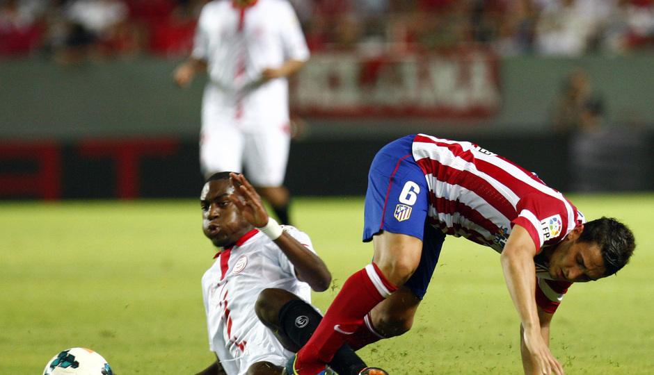 Temporada 13/14 Sevilla-Atlético de Madrid Koke luchando el esférico