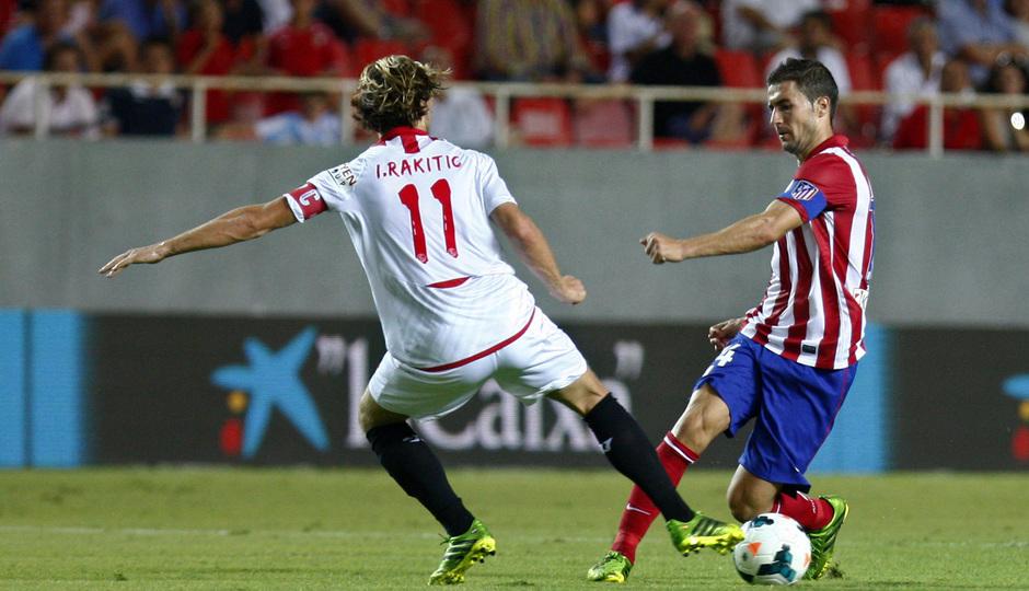 Temporada 13/14 Sevilla-Atlético de Madrid Gabi disputando el balón con Rakitic