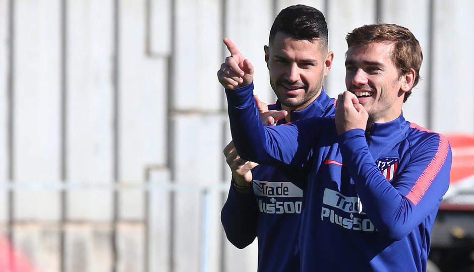 temporada 18/19. Entrenamiento en la ciudad deportiva Wanda. Griezmann y Vitolo durante el entrenamiento