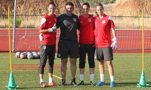 Temporada 2013-2014. Las porteras del primer equipo posan junto a Fidel