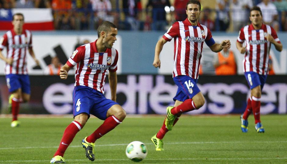 Supercopa 13/14. Mario Suárez llevando el balón ante Gabi