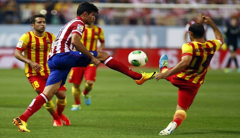 Temporada 13/14. Partido Supercopa. Vicente Calderón. Diego Costa luchando un balón