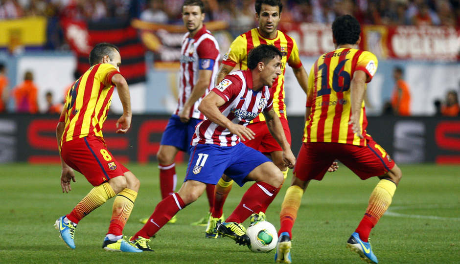 Temporada 13/14. Partido Supercopa. Vicente Calderón. Cebolla entre varios defensas