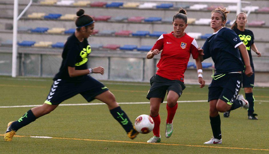 Temporada 2013-2014. Blanca peleando por un balón ante dos rivales