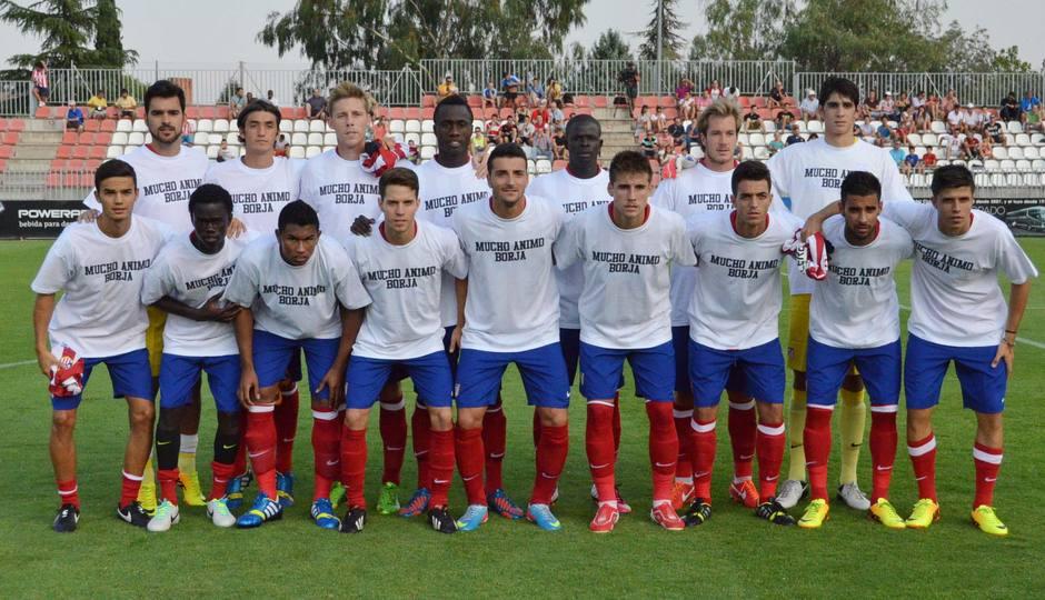 Los jugadores convocados del Atlético B saltaron al césped de la Ciudad Deportiva con camisetas de apoyo a su compañero Borja Galán