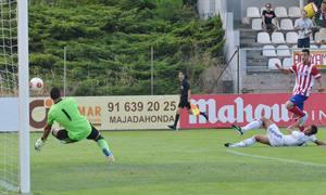 Rubén Mesa dispara a puerta frente al Real Madrid C y el meta Alfonso despeja a córner su disparo