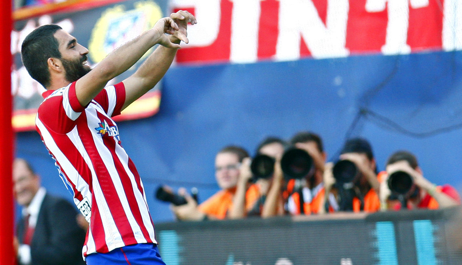 Temporada 2013/2014 Atlético de Madrid - Rayo Vallecano Arda Turan celebrando el gol con la grada
