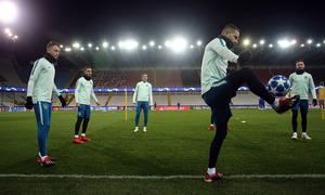Los jugadores hacen un ejercicio con balón en el escenario del partido ante el Brujas