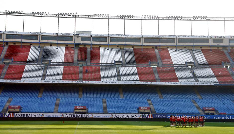Temporada 13/14. Entrenamiento. Simeone hablando con el equipo durante el entrenamiento en el Vicente Calderón