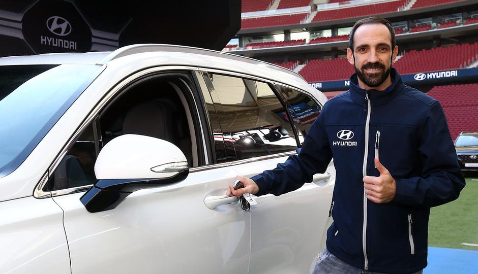 Temp. 18-19   Entrega de coche Hyundai a los jugadores en el Wanda Metropolitano   Juanfran