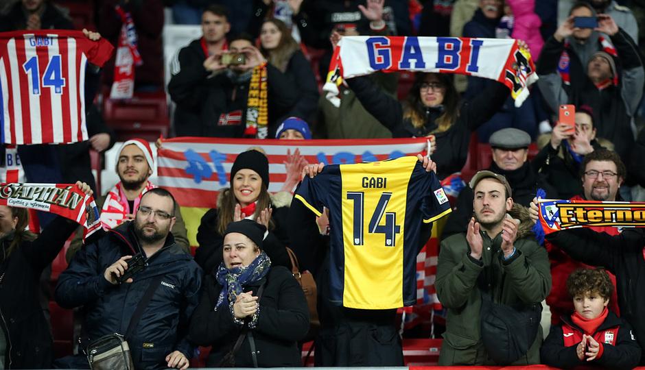 Imagen de la grada del Wanda Metropolitano con la camiseta y bufandas de Gabi