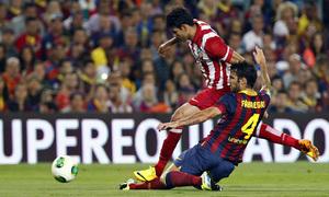 Temporada 2013/2014 FC Barcelona - Atlético de Madrid Cesc Fàbregas intentando parar a Diego Costa