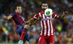Temporada 2013/2014 FC Barcelona - Atlético de Madrid Arda Turan defendiendo el esférico ante Mascherano