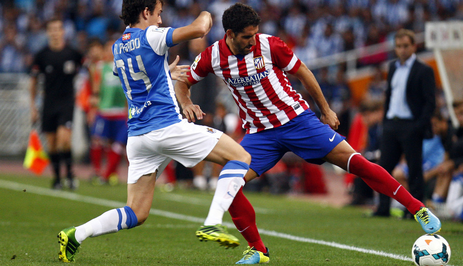 Temporada 2013/2014 Real Sociedad - Atlético de Madrid Raúl García impidiendo que el balón salga del terreno de juego