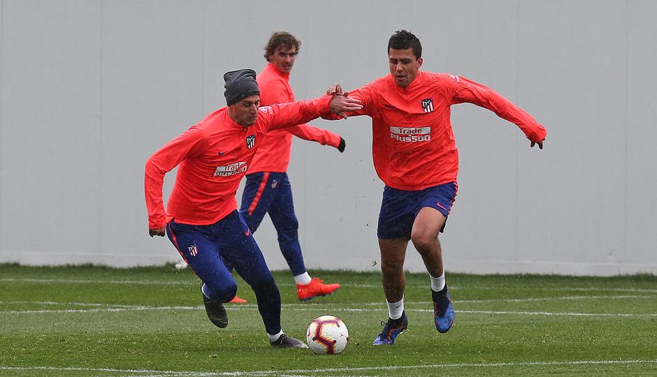 Temporada 18/19. Entrenamiento en la ciudad deportiva Wanda. Rodrigo y Kalinic durante el entrenamiento.