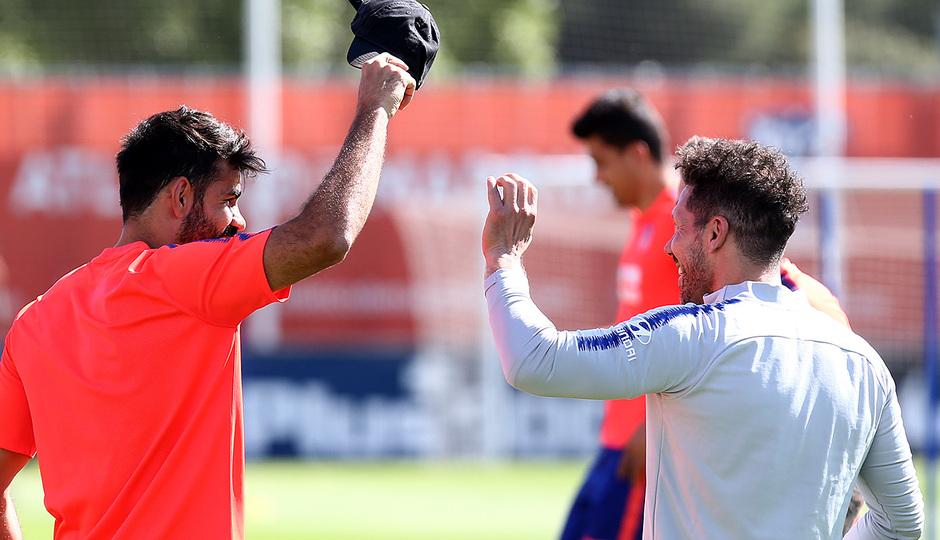 Temporada 18/19. Entrenamiento en la ciudad deportiva Wanda. Costa y Simeone durante el entrenamiento.