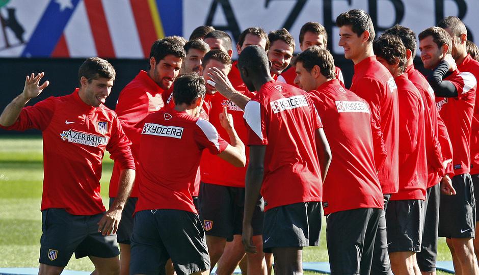 Temporada 13/14. Entrenamiento. Equipo entrenando en el Estadio Vicente Calderon, pasillo a Josuha