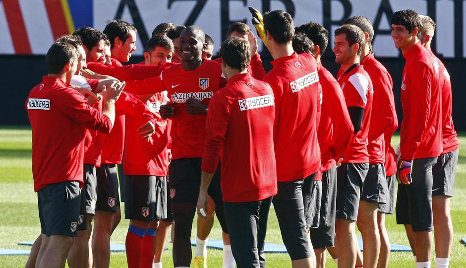 Temporada 13/14. Entrenamiento. Equipo entrenando en el Estadio Vicente Calderon, pasillo a Joshua