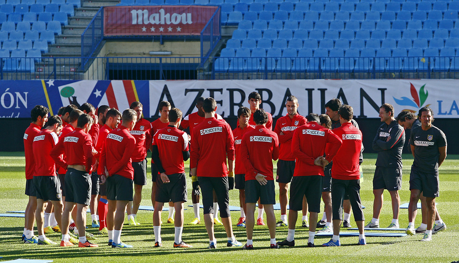 Temporada 13/14. Entrenamiento. Equipo entrenando en el Estadio Vicente Calderon, jugadores escuchando las órdenes de Simeone