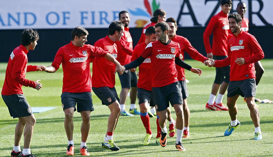 Temporada 13/14. Entrenamiento. Equipo entrenando en el Estadio Vicente Calderon, Leo Baptistao Raúl García y varios jugadores corren de la mano bromeando