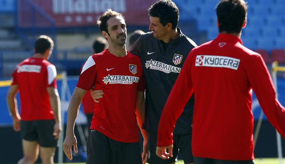 Temporada 13/14. Entrenamiento. Equipo entrenando en el Estadio Vicente Calderon, Esteban abrazando a Juanfran