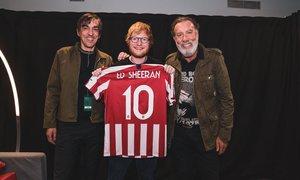 Concierto de Ed Sheeran. 2019. Wanda Metropolitano. Ed Sheeran con la camiseta del Atlético. Rojiblanca.