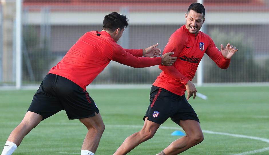 Temporada 19/20. Entrenamiento en los Ángeles de San Rafael. Vitolo y Morata durante el entrenamiento