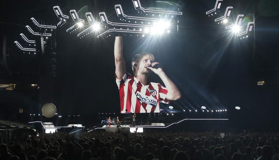 Concierto de Muse en el Wanda Metropolitano | Dominic con la camiseta del Atlético