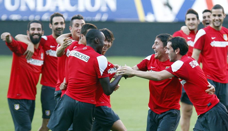 Temporada 13/14. Entrenamiento. Equipo entrenando en el estadio Vicente Calderón. Jugadores bromeando