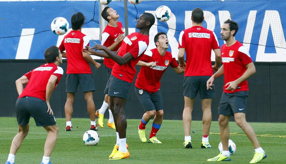 Temporada 13/14. Entrenamiento. Equipo entrenando en el estadio Vicente Calderón. Jugadores realizando ejercicios con balón de cabeza