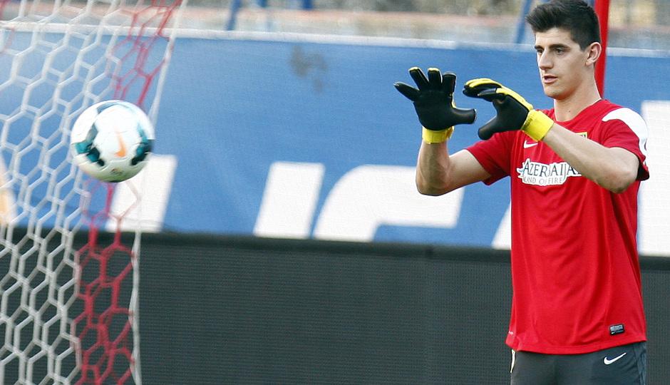 Temporada 13/14. Entrenamiento. Equipo entrenando en el estadio Vicente Calderón. Courtois parando un  balón