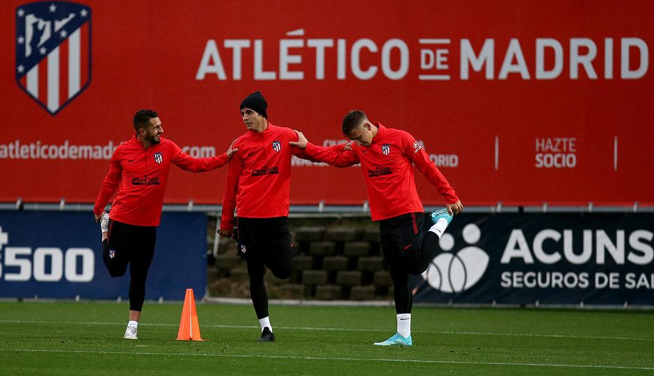 Temporada 19/20. Entrenamiento en la ciudad deportiva Wanda. Koke y Morata realizando ejercicios durante el entrenamiento