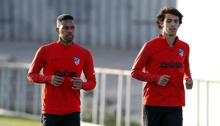 Entrenamiento en la Ciudad deportiva Wanda Atlético de Madrid 15-10-2019. Lodi y Joao Félix hacen carrera continua.