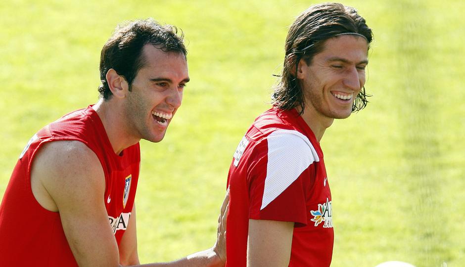 Temporada 13/14. Entrenamiento. Equipo entrenando en Majadahonda. Godín y Filipe sonriendo