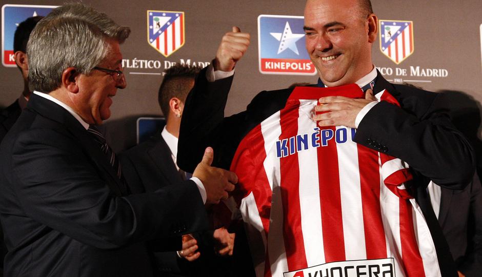 Temporada 13/14. Firma de acuerdo entre Atlético de Madrid y Kinépolis. Cerezo entregandole la camiseta al director de kinépolis