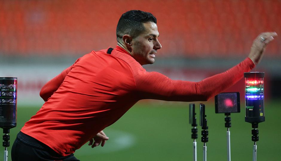 Temporada 19/20. Entrenamiento en la ciudad deportiva Wanda.  Vitolo realizando ejercicios durante el entrenamiento