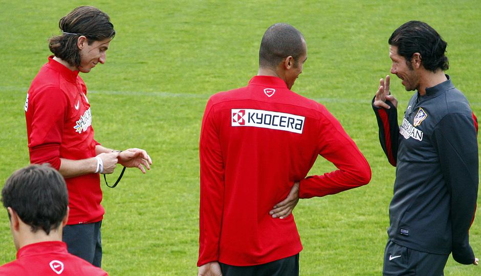 temporada 13/14. Entrenamiento en la Ciudad deportiva de Majadahonda. Simeone hablando con Miranda y Filipe