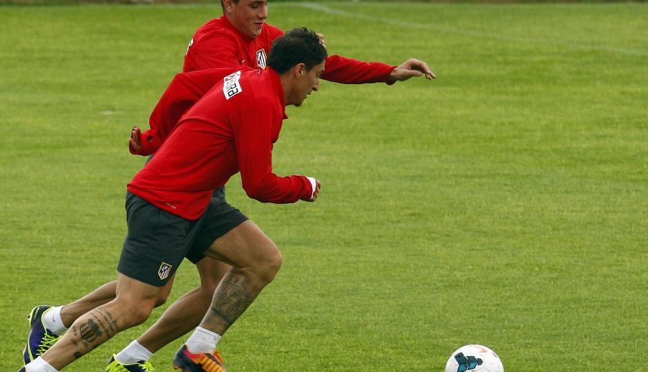 temporada 13/14. Entrenamiento en la Ciudad deportiva de Majadahonda. Rodríguez y Giménez luchando un balón