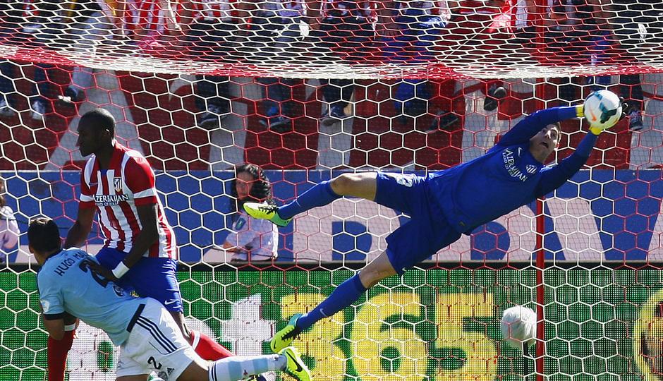 Temporada 13/14. Partido Atlético de Madrid-Celta. Vicente Calderón. Courtois parando un balón