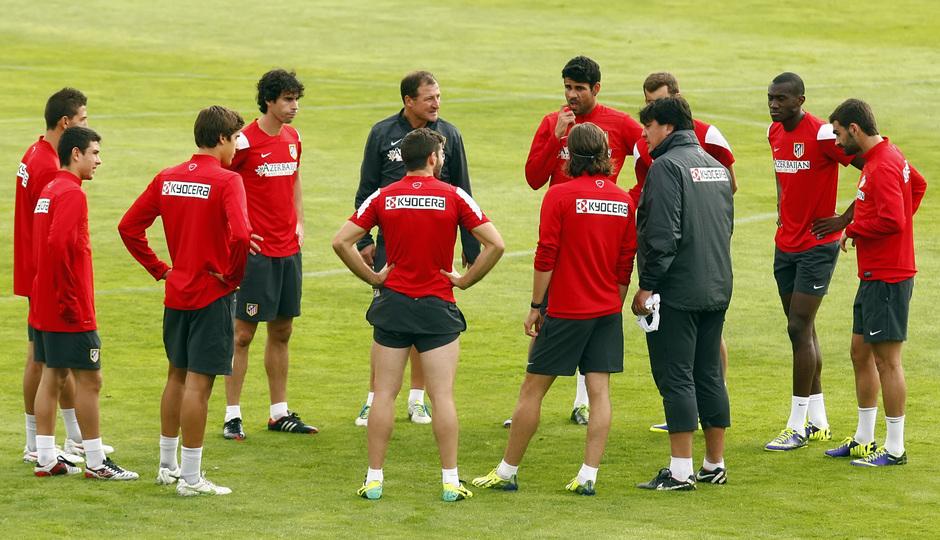 Temporada 13/14. Entrenamiento. Equipo entrenando en Majadahonda. Burgos hablando con los jugadores
