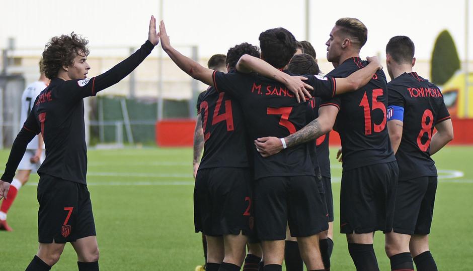 Temp. 19-20 | UD Sanse - Atlético de Madrid B | Celebración piña grupo