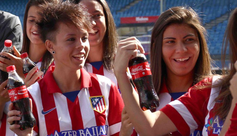 Temporada 2013-2014. Las jugadoras agradecieron el detalle de Coca-Cola