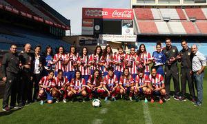 Temporada 2013-2014. Las jugadoras del Féminas con los envases de Coca-Cola en el Calderón