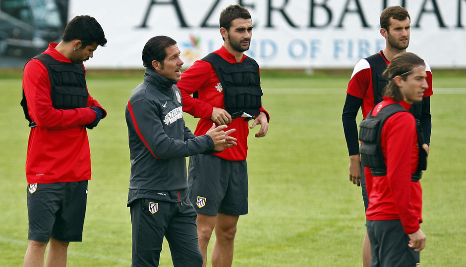 Temporada 13/14. Entrenamiento. Equipo entrenando en Majadahonda. Simeone dando órdenes durante el entrenamiento