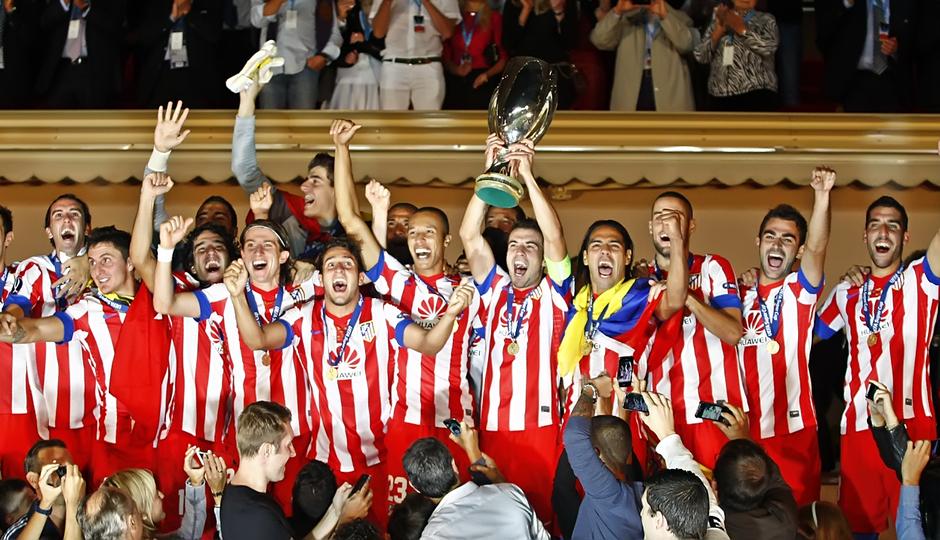 Temporada 12/13. Final Supercopa de Mónaco, Gabi levantando la copa en el palco junto al resto del equipo
