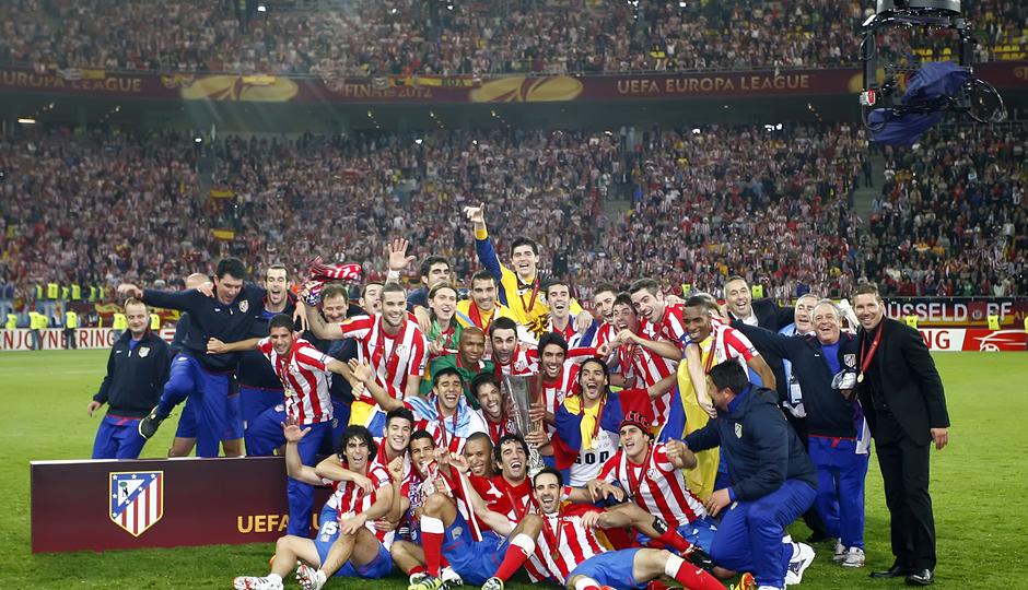 Temporada 11/12. Final Europa League. Todo el equipo posando con la copa de la Uefa en Estadio de Estambul en el césped