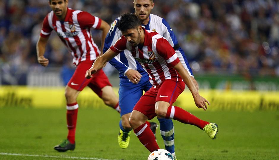 David Villa controlando el balón durante el partido ante el Espanyol