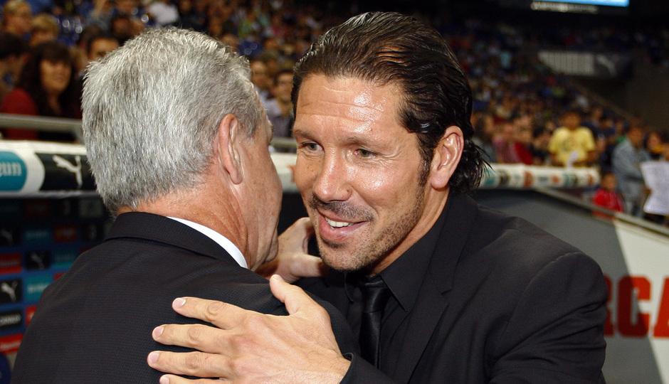 Simeone saluda a Javier Aguirre antes del comienzo del partido
