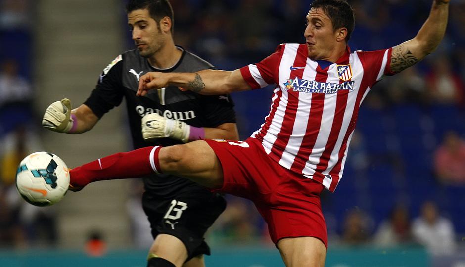 Crístian Rodríguez peleando por la posesión del balón